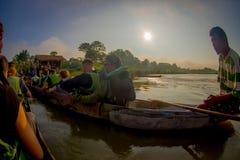 CHITWAN NEPAL - NOVEMBER 03, 2017: Kanota safari för oidentifierat folk på träfartygPirogues på den Rapti floden, in Royaltyfri Bild
