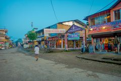 CHITWAN NEPAL - NOVEMBER 03, 2017: Oidentifierat folk som nästan går en marknad i en Chitwan för by nästan medborgare Royaltyfri Bild