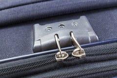 Chiuda con i numeri sulla chiusura lampo della valigia Immagine Stock