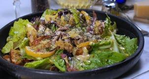 Chiuda in considerazione di un'insalata del ` s di Caesar Fotografia Stock