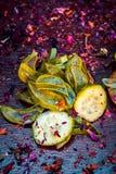 Chiuda di Ayurvedic fanno fronte agli ingredienti del pacchetto i cetriolo di e e gel di Vera dell'aloe con i petali rosa su una  fotografia stock libera da diritti