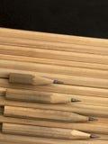 Chiuda di quattro ha consumato le vecchie matite della grafite Immagini Stock Libere da Diritti