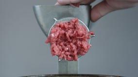 Chiuda di recente su di carne macinata che esce da una tritacarne video d archivio