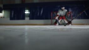 Chiuda di un disco sul bastone di hockey su ghiaccio prende sul disco e sulle rotture allo scopo dell'oppositore video d archivio