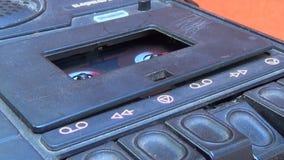 Chiuda fino ad una piattaforma del nastro a cassetta quando un gioco di inizio e di arresto del dito archivi video