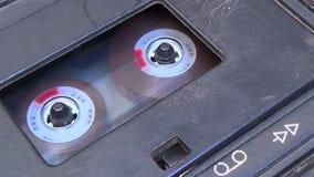 Chiuda fino ad una piattaforma del nastro a cassetta quando un gioco di inizio e di arresto del dito stock footage