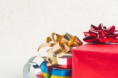 Chiuda fino al contenitore di regalo rosso con il nastro e la decorazione per il Natale progetta Immagine Stock Libera da Diritti