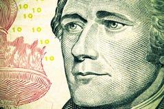 Chiuda fino al ritratto di Alexander Hamilton sulla banconota in dollari dieci tono Fotografie Stock