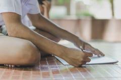 Chiuda fino alle mani del disegno di pratica dello studente Fotografie Stock Libere da Diritti