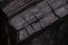 Chiuda fino a carbone nero che mostra la struttura dell'ustione di legno fotografia stock libera da diritti