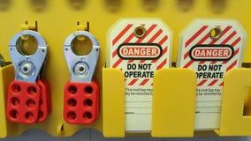 Chiuda fuori & etichetti fuori, stazione di serrata, la macchina - dispositivi specifici di serrata fotografie stock