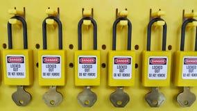 Chiuda fuori & etichetti fuori, stazione di serrata, la macchina - dispositivi specifici di serrata Immagine Stock