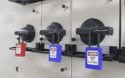 Chiuda fuori & etichetti fuori, stazione di serrata, la macchina - dispositivi specifici di serrata fotografia stock libera da diritti