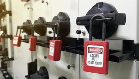 Chiuda fuori & etichetti fuori, stazione di serrata, la macchina - dispositivi specifici di serrata fotografia stock