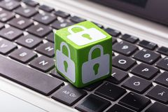 Chiuda il blocchetto a chiave di simbolo sopra la tastiera del computer portatile immagini stock libere da diritti