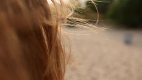 Chiuda indietro il punto di vista del movimento rosso dell'offerta dei capelli della donna nell'aria al rallentatore Donna dai ca archivi video