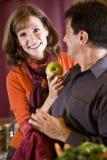 Chiuda insieme in su delle coppie mature in cucina Fotografia Stock Libera da Diritti