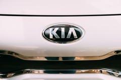 Chiuda l'automobile bianca ovale di Logo Of Kia Motors At Hood Of New Kia Rio Immagine Stock Libera da Diritti