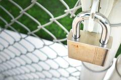 Chiuda la porta a chiave del metallo Immagini Stock
