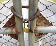 Chiuda la porta con la catena e la chiave primaria Fotografia Stock