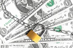 Chiuda la sicurezza a chiave ed incateni sul fondo delle banconote dei dollari Immagini Stock Libere da Diritti