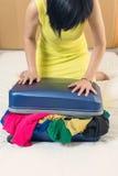Chiuda la valigia riempita troppo Immagini Stock