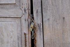 Chiuda la vecchia porta a chiave di legno Immagini Stock