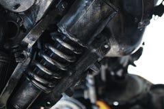 Chiuda molto su - dell'ammortizzatore usato del motore Lerciume e molla sporca del metallo fotografia stock libera da diritti