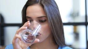 Chiuda su, acqua potabile della donna immagini stock libere da diritti