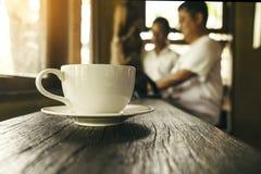 Chiuda su alla tazza di caffè, riunione d'affari alla caffetteria immagini stock libere da diritti