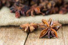Chiuda su anice stellato cinese sulla tavola di legno Immagine Stock