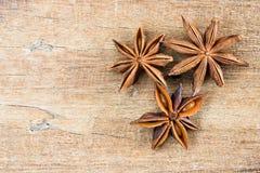 Chiuda su anice stellato cinese sulla tavola di legno Immagini Stock Libere da Diritti