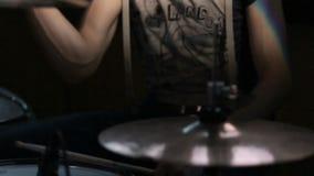 Chiuda su, batterista che gioca sull'insieme del tamburo Concerti la banda rock che esegue in scena con l'esecutore del cantante, video d archivio