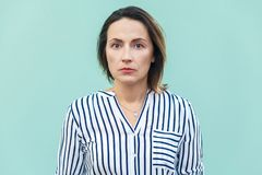 Chiuda su, cattiva donna di affari dell'umore del ritratto Wom infelice di affari fotografie stock