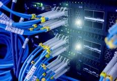 Chiuda su cavo a fibre ottiche Scaffali dei server immagine stock libera da diritti