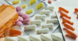 Chiuda su con la rotazione delle pillole Pillole e droghe Medicina, pillole e compresse con il giro dei blister Vista del primo p archivi video