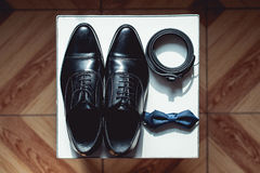 Chiuda su degli accessori dell'uomo moderno cravatta a farfalla nera, scarpe di cuoio e cinghia Immagini Stock Libere da Diritti