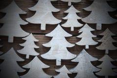 Chiuda su degli alberi di Natale su legno con la struttura Fotografia Stock Libera da Diritti