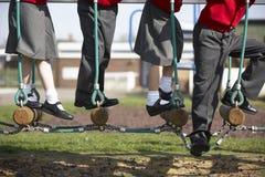 Chiuda su degli allievi della scuola elementare su attrezzatura rampicante Immagine Stock Libera da Diritti
