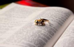 Chiuda in su degli anelli di cerimonia nuziale Fotografia Stock