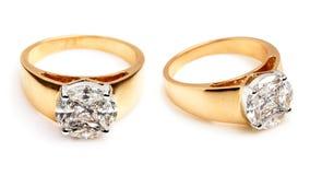 Chiuda su degli anelli di diamante e di un oro Immagini Stock Libere da Diritti