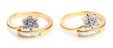 Chiuda su degli anelli di diamante e di un oro Fotografia Stock