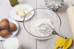 Chiuda su degli ingredienti di cottura e di un matterello Fotografie Stock