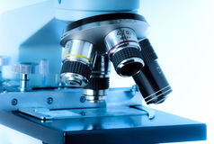 Chiuda in su degli obiettivi del microscopio in azzurro. fotografia stock libera da diritti