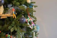 Chiuda su degli ornamenti di Natale su un albero Immagine Stock Libera da Diritti