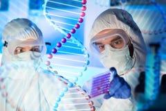 Chiuda su degli scienziati che fanno la prova in laboratorio chimico Fotografia Stock