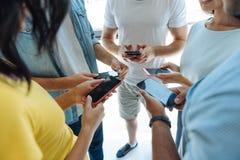Chiuda su degli smartphones moderni Immagine Stock Libera da Diritti