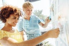 Chiuda su degli studenti intelligenti in pieno di interesse Fotografia Stock