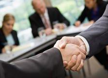 Chiuda in su degli uomini d'affari che agitano le mani Fotografia Stock