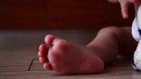 Chiuda su dei bambini piede e del dito della madre che lo solletica stock footage